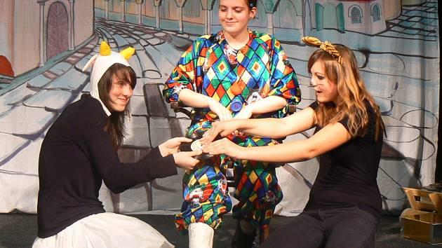 Dramatizaci pohádky si také letos připravili členové divadelního kroužku Ispubertoutojde při lednické základní škole. Tentokrát s názvem Plakala princezna Květinka, plakala.