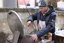 Při vánočním jarmarku v Drnholci v sobotu lidé ochutnali dobroty z domácí zabijačky, mohli se také zahřát svařákem či nakoupit dřevěné hračky. V kulturním programu vystoupily děti z Dunajku či Jarabáčku.