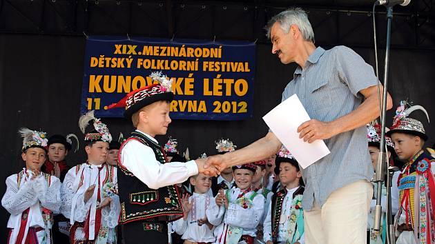 Národní přehlídku dětských tanečníků verbuňku po třetí za sebou vyhrál Tomáš Harvánek z Břeclavi. Na snímku předává Harvánkovi diplom za 1. místo předseda odborné poroty Rudolf Tuček z Lednice.