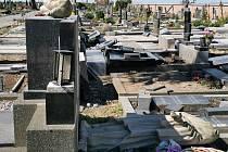 Zničený hřbitov v Moravské Nové Vsi. Vyvrácené stromy už hasiči ořezali a zlikvidovali.