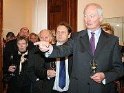 Lichtenštejnský kníže Hans Adam II. přijel na zámek do Mikulova otevřít výstavu o svém slavném předkovi Janu Adamu I. Vůbec poprvé s ním oficiálně do České republiky přicestovala i kněžna Marie Aglaë, hraběnka Kinská, která se v roce 1940 narodila v Praze