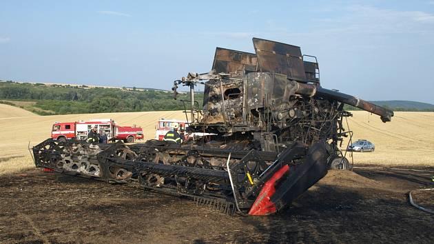 Poblíž Mikulova zachvátil požár kombajn. V pátek odpoledne tam zasahovaly čtyři hasičské jednotky. Vyšetřovatelé odhadli škodu na více než milion korun.