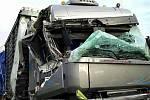 Dva kamiony se srazily v úterý ráno na dálnici D2 u Rakvic. Hasiči jednoho řidiče vyprošťovali.