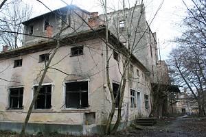 VRÁNŮV MLÝN V BŘECLAVI. Budova mlýna patří k břeclavskému zámeckému areálu. Dříve bývala jednou z dominant města, nyní chátrá a obývají ji bezdomovci. Bývalý lichtenštejnský mlýn pochází ze 16. století, mimo provoz je od roku 1950.