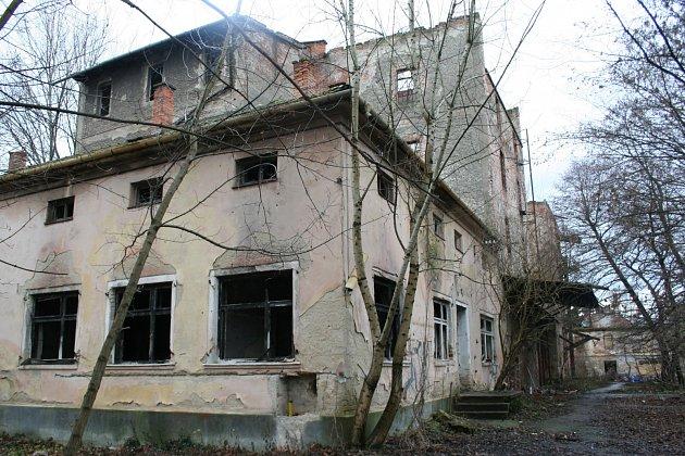 VRANŮV MLÝN VBŘECLAVI. Budova mlýna patří kbřeclavskému zámeckému areálu. Dříve bývala jednou zdominant města, nyní chátrá a obývají ji bezdomovci. Bývalý lichtenštejnský mlýn pochází ze 16.století, mimo provoz je od roku 1950.