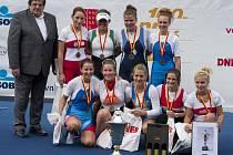 Břeclavanka Marie Hlavinková (ve spodní řadě uprostřed) s kolegyněmi na platu při předávání medailí.