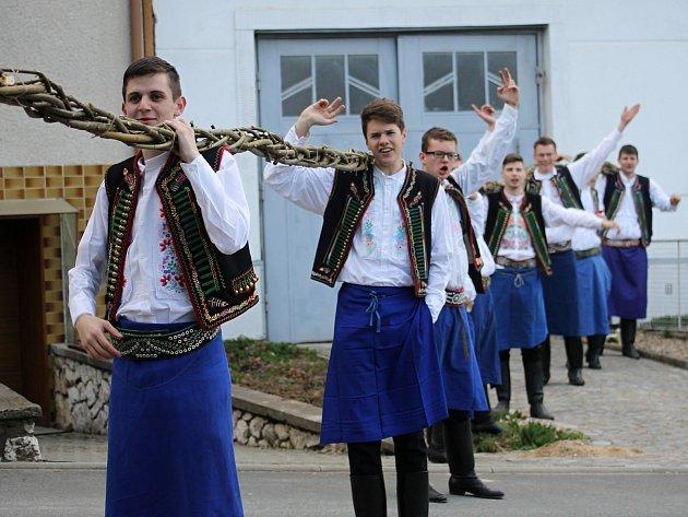 V Němčičkách pokořili rekord. Upletli pomlázku z osmi prutů dlouhou přes šestašedesát metrů.