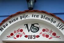 Modrobíle sladěné sklepy s ornamenty typickými pro Hanácké Slovácko, jež se objevovaly na výšivkách krojů zhruba čtyřiceti obcí patřících k tomuto regionu.