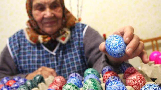 Marie Nádeníčková z Borkovan vyrábí kraslice takřka celoročně. Pak je posílá do světa.