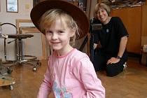 Osmiletá Julie Vojtková, dcera úspěšného břeclavského malíře Antonína Vojtka,