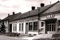 O plánu zbudovat v budově bývalého hostince u nádraží v Rakvicích kino psal týdeník Nový život 15. února v roce 1967. Zřízení širokoúhlého kina s bufetem, prodejnou vstupenek, šatnami a vyhovujícím soc. zařízením mělo už tehdy vyjít na 450 tisíc korun.
