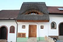 Už zvenčí je sklep Pavla Otáhala na první pohled jiný než sousední stavby.