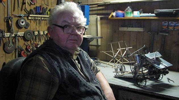 František Kořínek z Lanžhota vyrábí funkční modely starých zemědělských strojů.