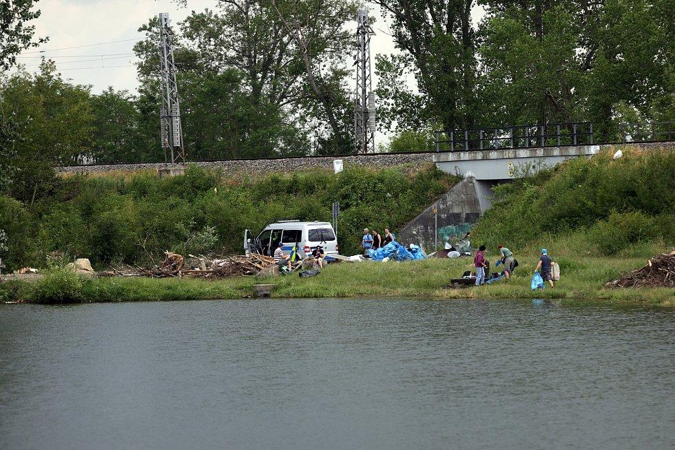 Úklid po tornádu a demolice domů v zasažených obcích na jihu Moravy.