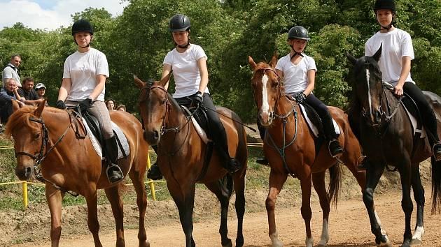 Den koní přilákal v neděli odpoledne do areálu velkobílovického ranče Sen stovky diváků. Pořádající jezdecký Klub Mustang jim nabídl pohled na řadu netradičních koňských hrátek. Například mystickou čtverylku, pohádkovou show nebo koňský fotbal.
