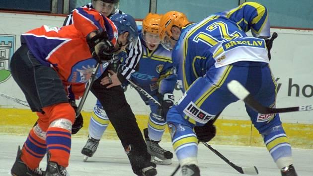 Břeclavští hokejisté prohráli středeční utkání s Hodonínem.
