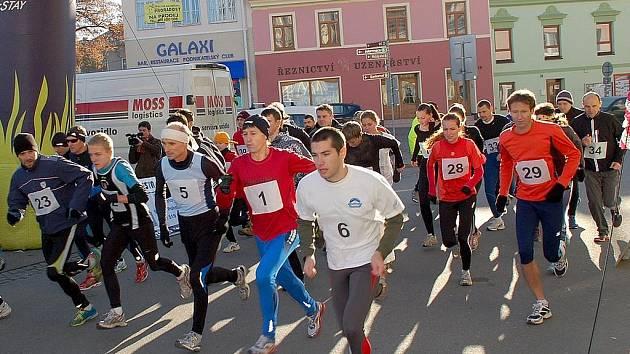 Na start hlavního závodu na 6,5 kilometru se postavilo přes čtyřicet vytrvalců.