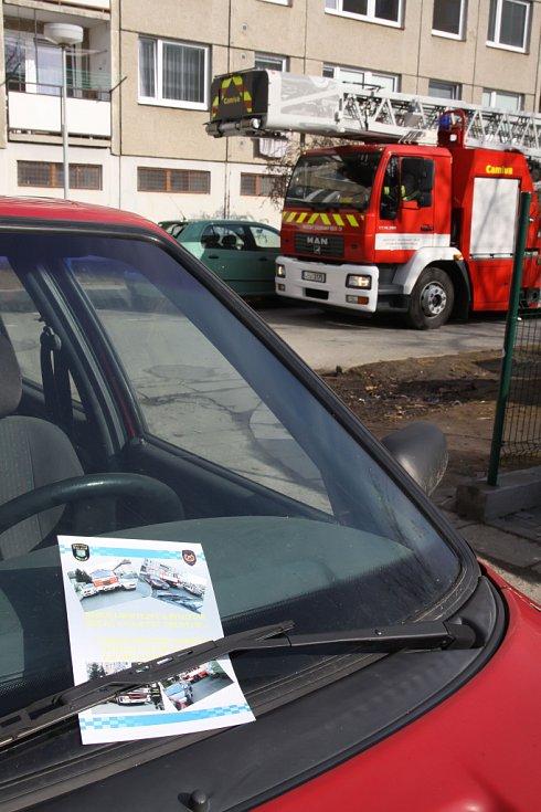 Hasiči společně s městskými policisty projeli dopoledne město, aby poukázali na každodenní nezodpovědnost desítek až stovek šoférů.