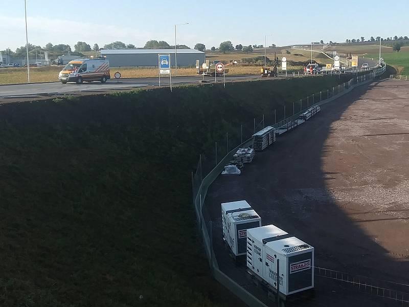 Rakouská společnost Asfinag, která spravuje tamní dálniční síť, v sobotu slavnostně otevře dokončený pětikilometrový úsek obchvatu Drasenhofenu.