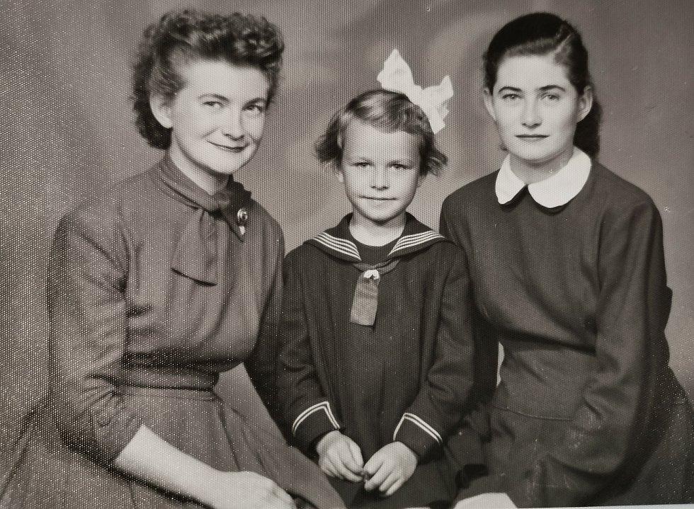 Terezie Hrdličková a její sestřenice, s nimiž vyrůstala.