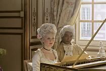 Černý Mozart jako učitel hudby francouzské královny v historickém dramatu z roku 2006 Marie Antoinetta.