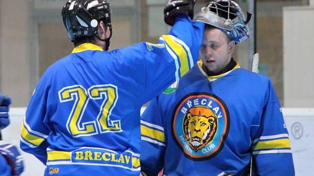 Břeclavští hokejisté (v modrém) dokázali v rámci první ligy na domácím stadionu deklasovat béčko brněnského Mission Rollers 10:3.