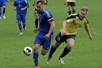 Fotbalisté Břeclavi (ve žlutém) pomýšleli proti Lednici alespoň na bod. V závěru o něj přišli.