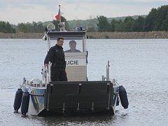 Výraznou posilu dostali v pátek policisté z obvodních oddělení v Mikulově a v Hustopečích. Dopoledne spustili na hladinu Nových Mlýnů v Pavlově nový katamarán. První na jihu Moravy.