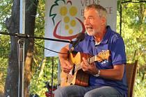Zpívající právník Ivo Jahelka na velkobílovickém folkovém a country festivalu Úlety.