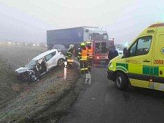 Nehoda osobního auta a kamionu ve středu ráno zkomplikovala provoz u Břeclavi.