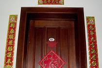Místo stromečku ale nalepují Číňané podél dveří dvojverší. A to až v předvečer Čínského Nového roku.