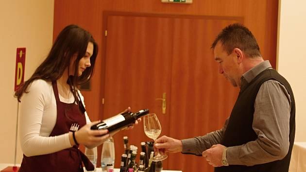 Tři stovky vzorků oceněných v prestižní soutěži Král vín ochutnávaly desítky účastníků Královského koštu v Hustopečích.