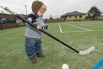 Na novém hřišti byl spokojený i jednoroční Petr Solil z Ivaně. Zaujala ho hokejka na florbal. Sport má prý v krvi po tatínkovi fotbalistovi.