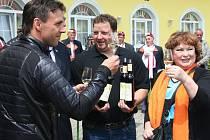 Velké sobotní akce na Břeclavsku doplatily na déšť (vlevo herec Roman Vojtek, vpravo Naďa Konvalinková).