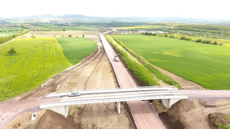 Rakouská společnost Asfinag, která spravuje tamní dálniční síť, v sobotu slavnostně otevře dokončený pětikilometrový úsek obchvatu Drasenhofenu. Fotografie zachycují stav dálnice v květnu letošního roku.