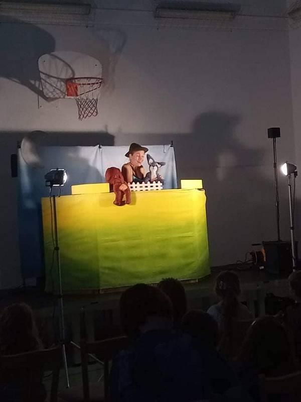 Morkůveckým slouží nové mobilní jeviště. Poprvé ho vyzkoušeli loutkaři, kteří dětem odehráli představení O Zajíčkovi.