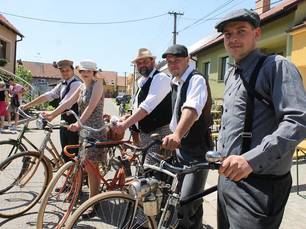 Májové putování okolím Modrých Hor zlákalo v sobotu téměř pět stovek výletníků. Na kolech i pěšky vyrazili za vínem a zážitky z velkopavlovického Ekocentra Trkmanka.