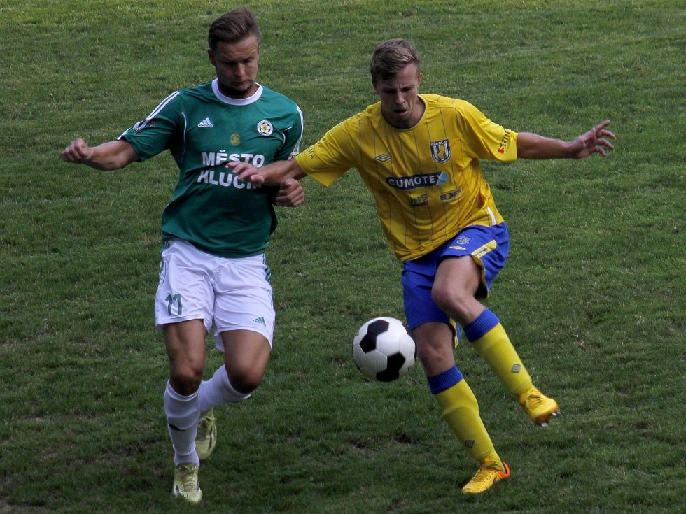 Fotbalisté Břeclavi (ve žlutém) v předehrávce zdolali Hlučín 1:0.
