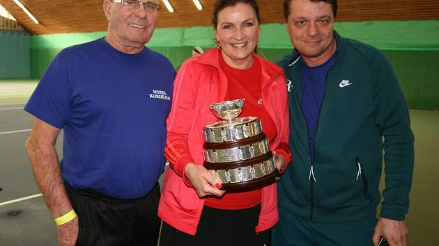 Čtyřiadvacetihodinový tenisový maraton ve čtyřhrách v Kurdějově bude zapsaný v České knize rekordů. Akce se uskutečnila k výročí dvaceti let od zprovoznění tamní haly. S raketou v ruce se do ní zapojily i některé známé tváře.
