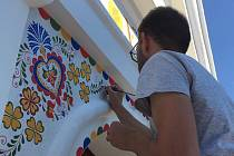 Pavel Karlík se svými dvěma kamarádkami společnými silami vymalovali ornamenty kapličku.