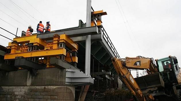 Téměř stoletou konstrukci železničního mostu nahradila zbrusu nová.