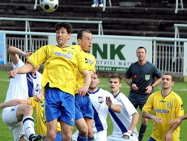 Zkušený stoper MSK Karel Doležal  (hlavičkující) pravděpodobně nebude pokračovat v kariéře.