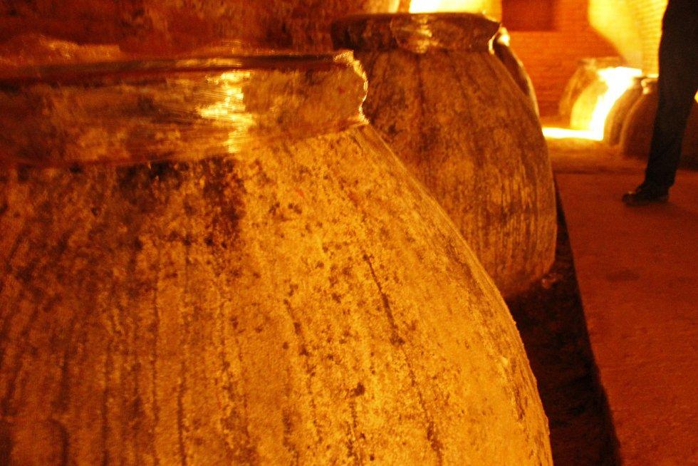 V Lednici na Břeclavsku vinaři představili Kvevri klub. Budou vyrábět vína starým postupem ve speciálních kvevri nádobách. Jeden ze zakladatelů Tomáš Vican jich má ve svém sklepě v Bulharech jedenáct.