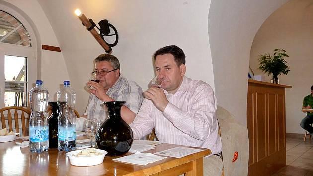 Hodnocení vzorků bylo na programu ve čtvrtek pod vedením břeclavského sommeliéra Libora Nazarčuka (vpravo).