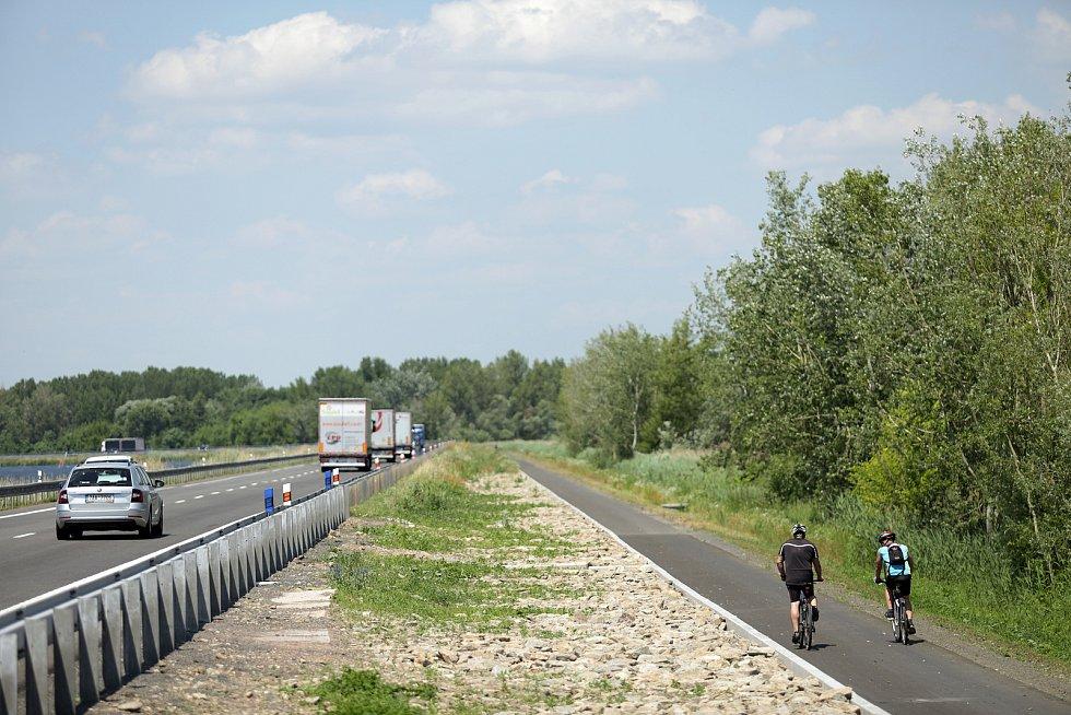 Nová cyklostezka přes přehradu Nové mlýny je lákavou i bezpečnou atrakcí.