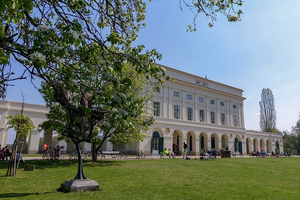 Z výletu k soutoku Dyje s Moravou. Lovecký zámeček Pohansko, který si nechali postavit Lichtenštejnové začátkem 19. století. Je hezky opravený. Najdete v něm archeologickou á expozici i občerstvení. Odpoledne už bylo celé okolí doslova poseto návštěvníky.