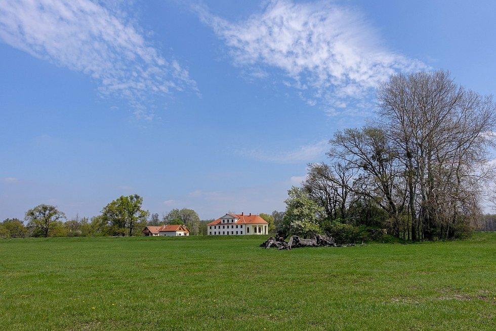 Z výletu k soutoku Dyje s Moravou. Zámeček Lány projektoval rakouský architekt Josef Hardtmuth, známý také jako zakladatel továrny na tužky Kooh-i-noor.
