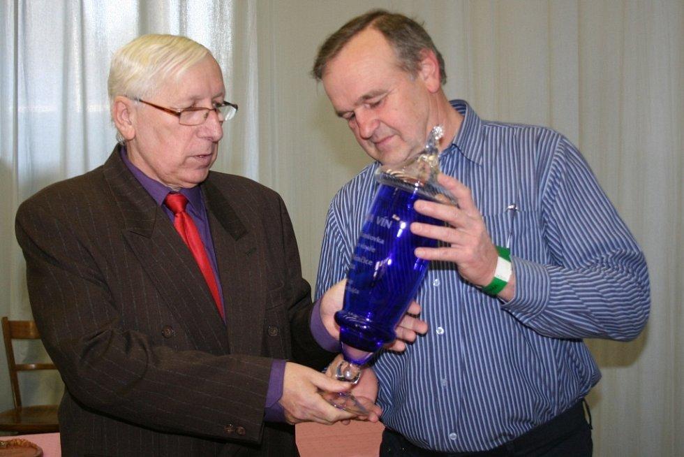 Výstava vín ve Velkých Němčicích patří k největším akcím svého druhu na Břeclavsku. Láká stovky miliovníků vín. Letos v kulturním domě nabídla 912 vzorků především od malovinařů.