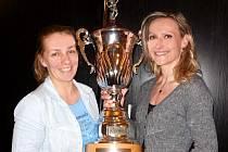 Vítězné ženské duo Strušková-Filipová s pohárem pro mistryně republiky.