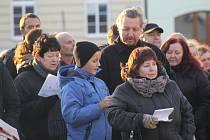 Ještě než se pustili do štědrovečerní hostiny, zazpívali si Hustopečští na Dukelském náměstí koledy a vánoční písně. Sešlo se tam několik stovek lidí. Takt jim udávala starostka města Hana Potměšilová.